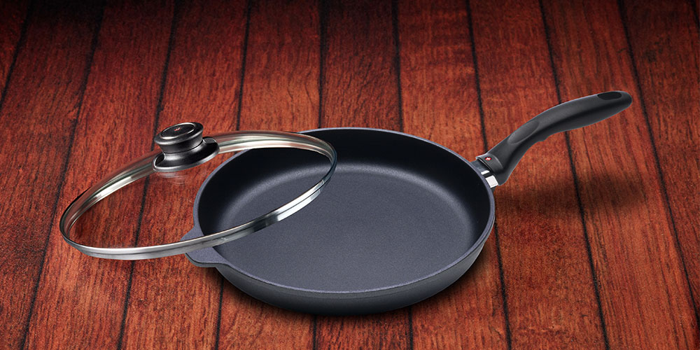 A frying pan with a lid