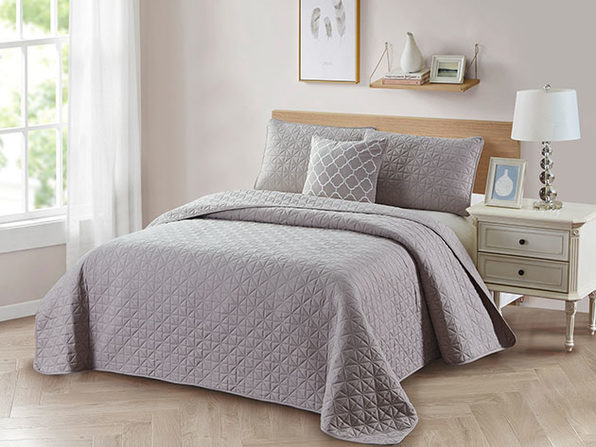 Bibb Home 4-Piece Quilt Set with Embroidered Pillow (Taupe)